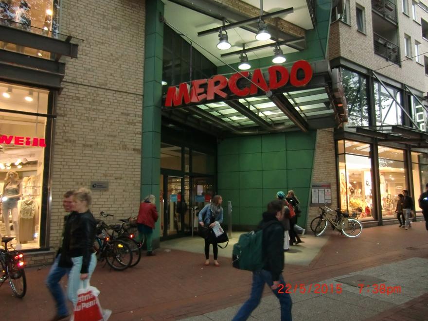 Centrum handlowe Mercado, a kości w Jedwabnem